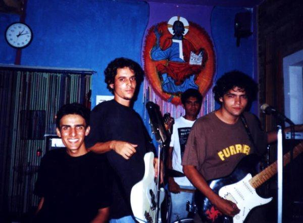 Vitrola Photossintética em 2002, no Armazém Caborê, Paraty. Da esq para a dir, Matheus, Valentino, Adriano e Bonifrate.